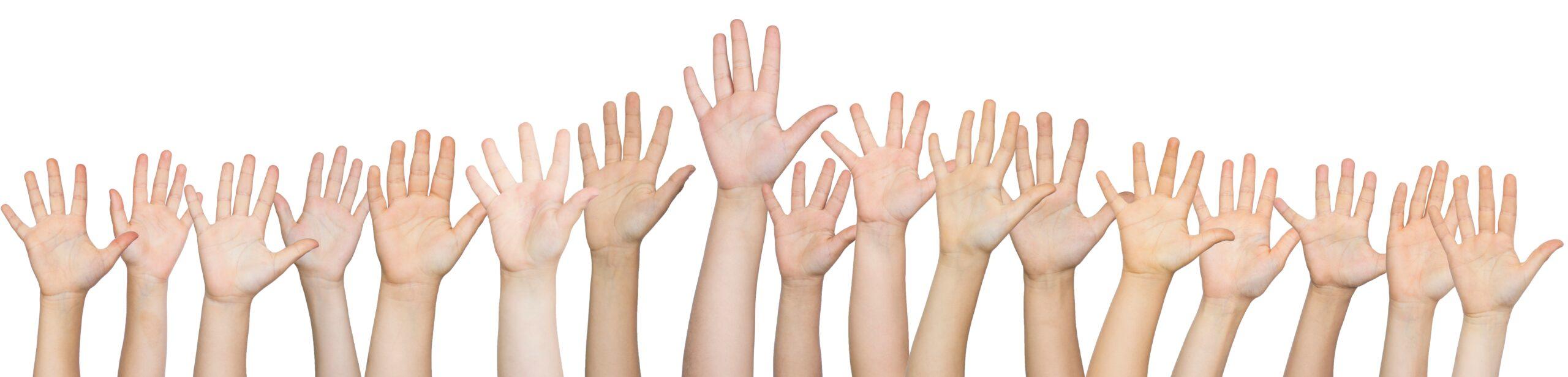 Vele kinderhandjes die in de lucht wijzen