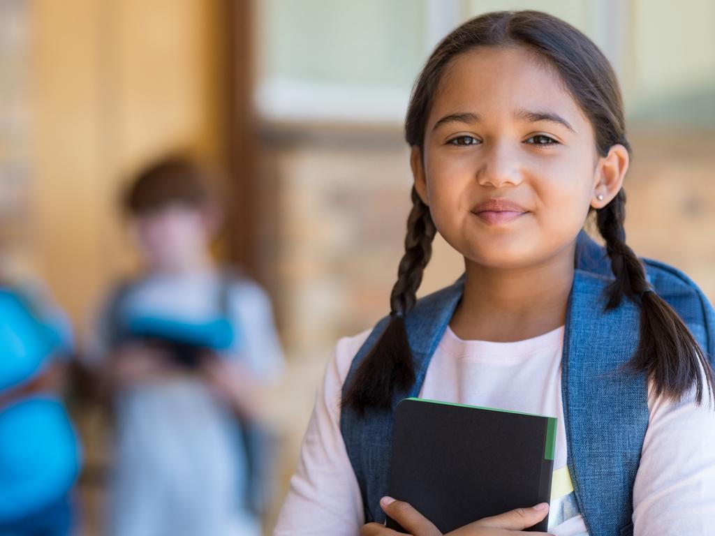 Een vrolijk basisschool meisje