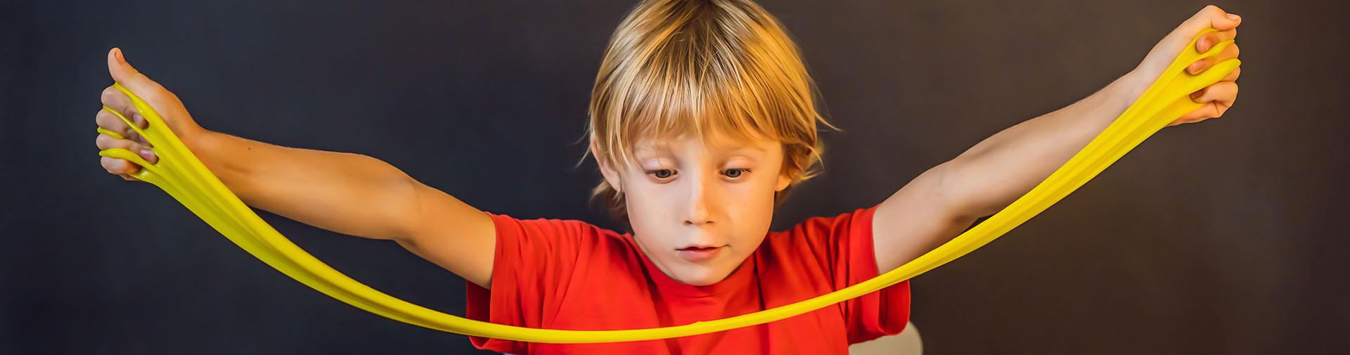Jongen die een elastiek uittrekt