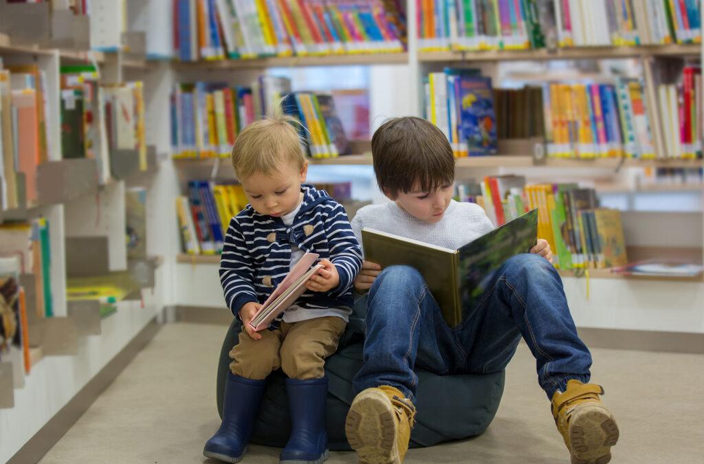 2 jongens samen aan het lezen in de Bib